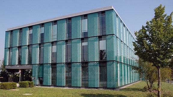 MDR-Gebäude in Erfurt für: kommerzielle Aktivitäten des MDR, die bisher im Wesentlichen bei der DREFA und der MDR-Werbung GmbH angesiedelt sind, werden zusammengeführt