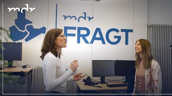 Zwei Frauen unterhalten sich fröhlich in der MDRfragt-Redaktion.