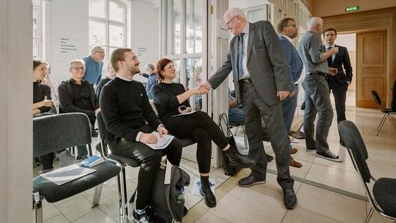 Horst Saage begrüßt Gäste der Rundfunkratssitzung.