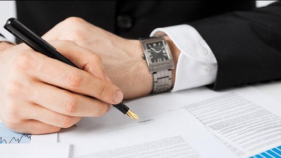 Ein Dokument wird unterzeichnet