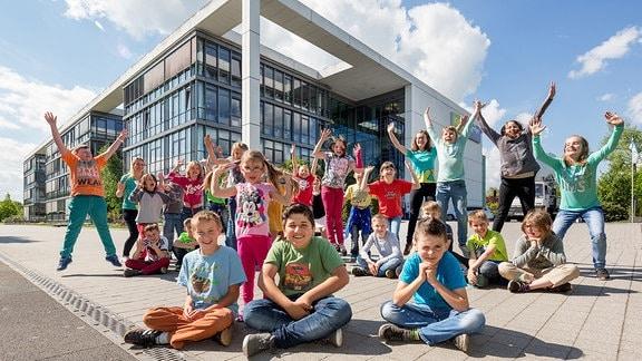 Kinder vor dem Kika-Funkhaus