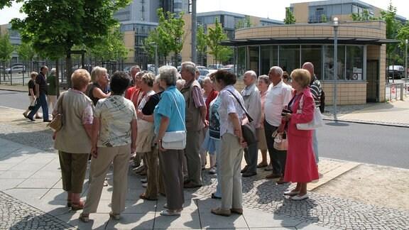 Gruppe von Menschen steht vor Eingang zum MDR