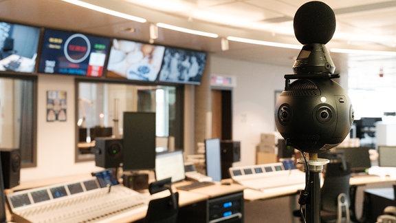 360-Grad-Kamera steht in einem Studio vor Bildschirmen und Mischpulten