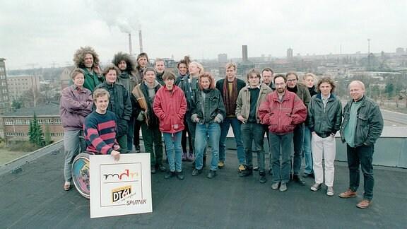 Die Mannschaft des Jugendradios auf dem Dach des Funkhauses in der Nalepastraße in Berlin, wo sie bis zum Umzug nach Halle ihr Domizil hatten.