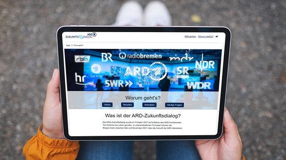 Auf einem Tablet sind die Logos der ARD-Rundfunkanstalten zu sehen