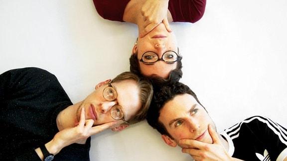 Drei junge Menschen denken
