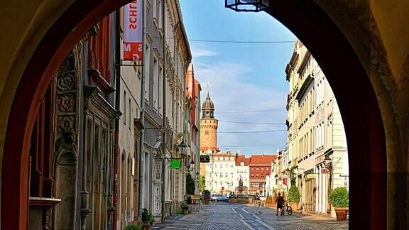 Blick durch einen Torbogen auf die Brüderstraße in Görlitz