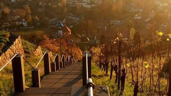 Von einer Steintreppe blickt die Fotografin von oben auf eine kleine Stadt