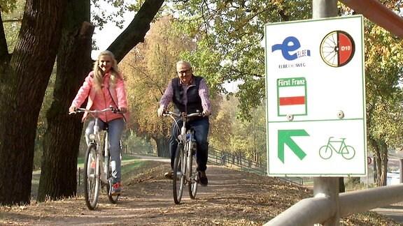 Victoria Herrmann und Andreas Neugeboren sind mit dem Fahrrad auf dem R1 zwischen Dessau und Oranienbaum unterwegs