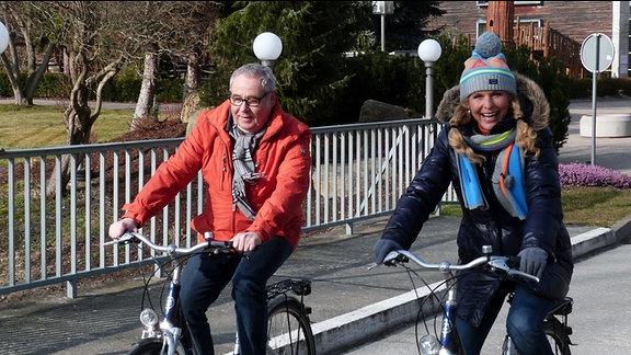 Mit dem Fahrrad überqueren Victoria und Andreas die Holtemme