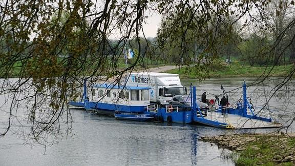Blaue Fähre auf einem Fluss