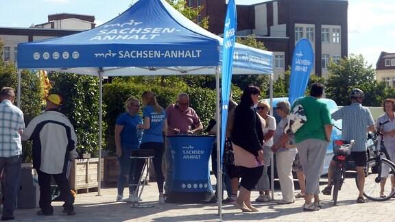 Menschen an Promo-Stand von MDR SACHSEN-ANAHLT