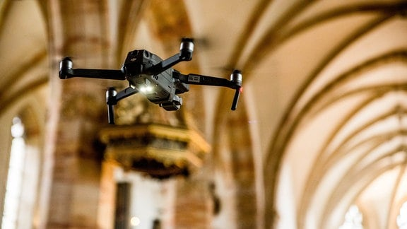 Drohnen-Aufnahmen in Innenräumen.