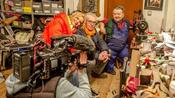 Victoria Herrmann und Andreas Neugeboren besuchen den Schuhmachermeister Hans-Joachim Klein