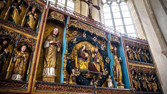 Die geschnitzte Seite des Altars der Stephanikirche.