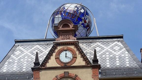 Auf dem Rathausdach sorgt ein gigantischer Globus, der nachts sogar leuchtet, für Aufmerksamkeit