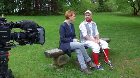 Pause im weitläufigen Park von Schloss Leubnitz - das lauschige Bänkchen steht zwischen uralten Baumriesen