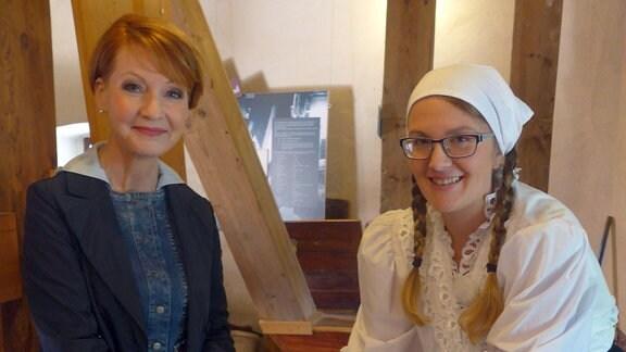 Bei Gästeführerin Manuela Schindler erfährt man nicht nur vieles über das Müllerhandwerk, man kann sich auch selbst am Mahlstein ausprobieren
