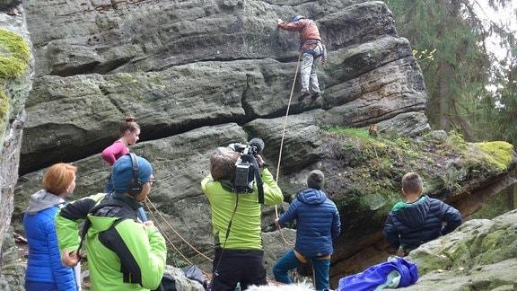 Dreharbeiten beim Klettern am Feld