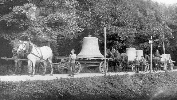 Glockentransport auf Pferden.