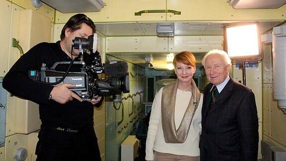 Beate Werner, Sigmund Jähn und Kameramann im Modell der Raumstation MIR.