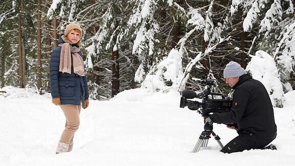 Moderatorin Beate Werner und Kamermann im Schnee.