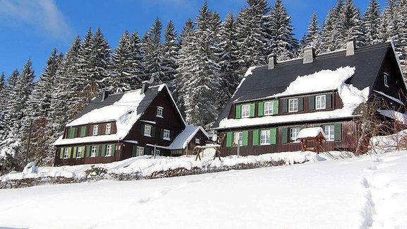Holzhäuser im Schnee