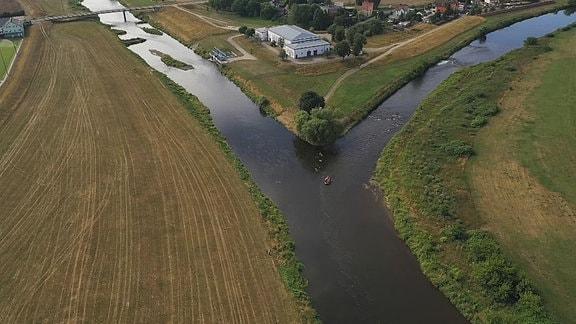 Blick von oben auf die Gabelung eines Flusses.