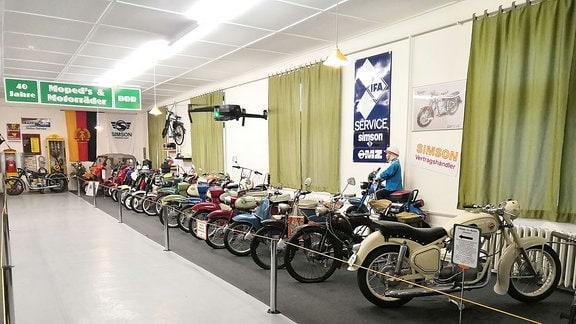 Zweiräder in einer Reihe in einem Museum