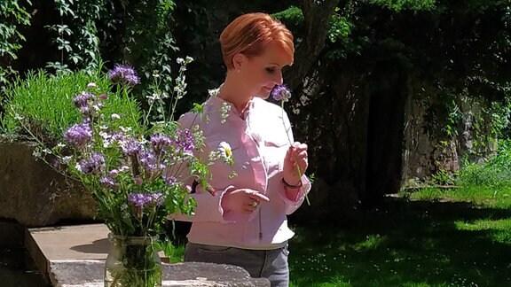 Wer einen Ausflug in die linkselbischen Täler zwischen Dresden und Meißen unternimmt, begibt sich auf die Spuren der Romantiker. Moderatorin Beate Werner hat eine blaue Blume gepflückt. Sie gilt als Symbol der Romantik