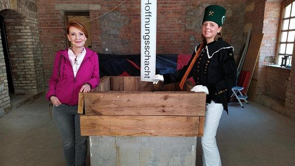 """""""Hier sollte einmal unser Schlafzimmer sein."""", erzählt  Antje Arlautzki (re.), die mit ihrem Mann in Scharfenberg ein Haus am Schachtberg kaufte, um darin zu wohnen. Inzwischen weiß sie, dass es ein ehemaliges Huthaus ist, empfängt Besucher, trägt Bergmanns-Habit und erzählt auf ihren Führungen von der Grube Güte Gottes und dem einstigen Silbererzbergbau im Meißner Land"""