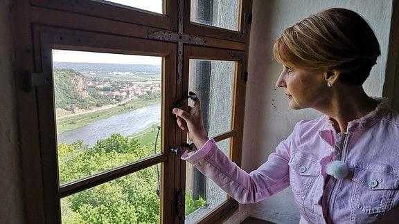 Von seinen Fenstern hat man eine phantastische Aussicht auf die gegenüberliegenden Weinberge und das Spargebirge, erkennt auch Moderatorin Beate Werner