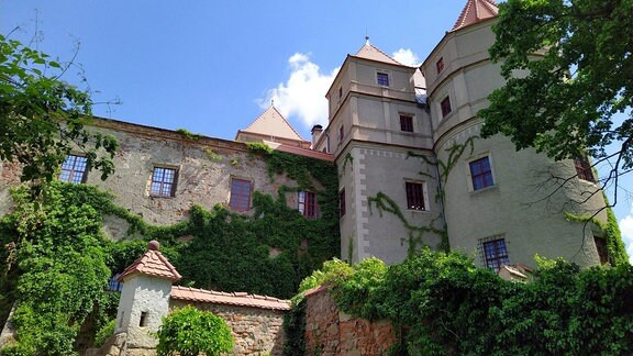 Schloss Scharfenberg gilt selbst unter Kennern als Geheimtipp. Mit seiner wildromantischen Lage zog es Anfang des 19. Jahrhunderts die führenden Köpfe der deutschen Romantik, wie Novalis, E.T.A. Hoffmann oder Theodor Körner in seinen Bann