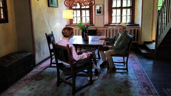Schlossherr Leo Lippold erzählt Beate Werner, dass Scharfenberg seit dem 14. Jahrhundert im Besitz einer der führenden sächsischen Adelsfamilien war, derer von Miltitz