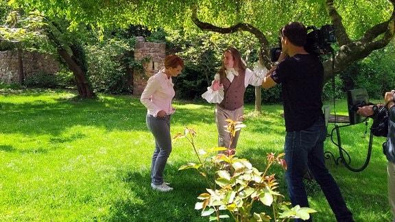 Beate Werner trifft den Poeten im Schlossgarten inmitten von Rosen, Holunder und Apfelbäumen. Es entspinnt sich ein Dialog über das Verhältnis zur Natur und das Streben nach dem Unendlichen