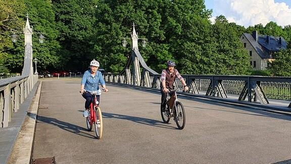 Alex Huth und Beate Werner auf der Paradiesbrücke in Zwickau