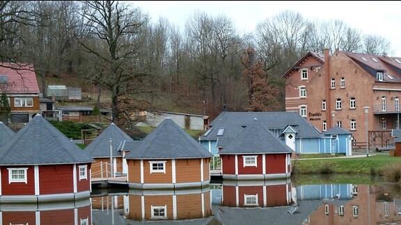 Außeransicht der Ölmühle Eberstedt mit schwimmenden Häusern.