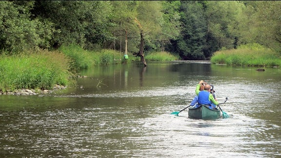 Kanu fährt auf Fluss