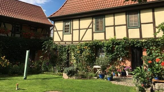 Der Hof der Familie Pfefferkorn ist eines von vielen liebevoll sanierten Denkmälern im Barockdorf Bendeleben. Insgesamt sind über 20 Gebäude aus dieser Bauzeit erhalten.