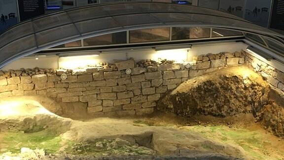 Eine Überschwemmung hat den Siedlungsplatz des Homo erectus konserviert. In den mehrere Meter dicken Kalkablagerungen des einstigen Gewässers fanden die  Forscher acht Tonnen Knochen, darunter die Überreste von 70 Elefanten und über 240 Nashörnern.