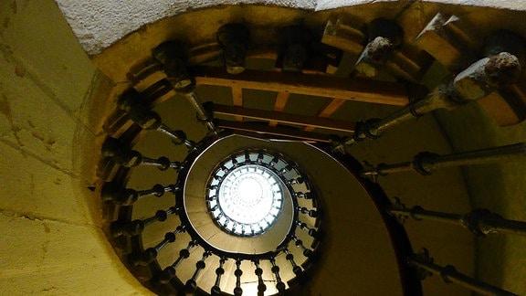 Wendeltreppe in einem Turm.