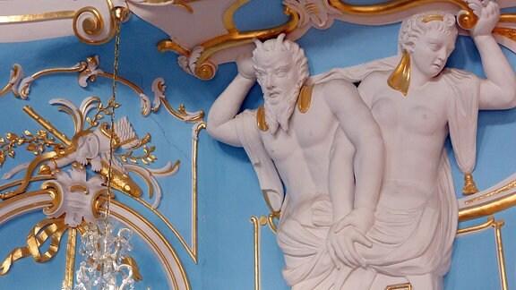 Eine kunstvolle Wandverzierungen in Blau, Gold und wißem Gips.