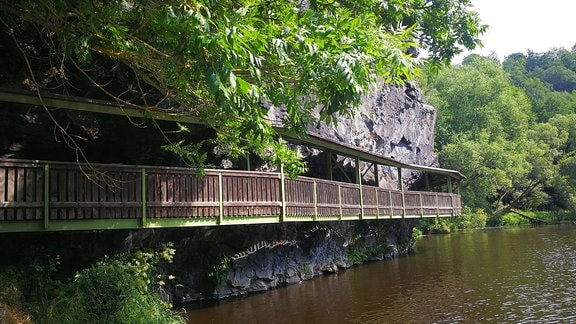 Überdachter Holzweg entlang der Saale.