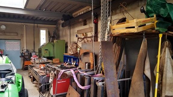 Das Innere einer Werkstatt.