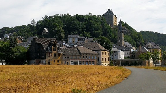 Schloss thront über Ortschaft.