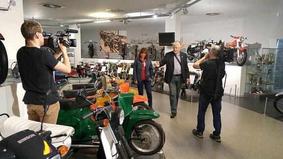 Kamerateam bei Dreharbeiten im Fahrzeugmuseum Suhl.