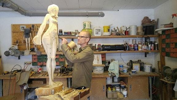 Bildhauer Stefan Neidhardt in seinem Atelier.