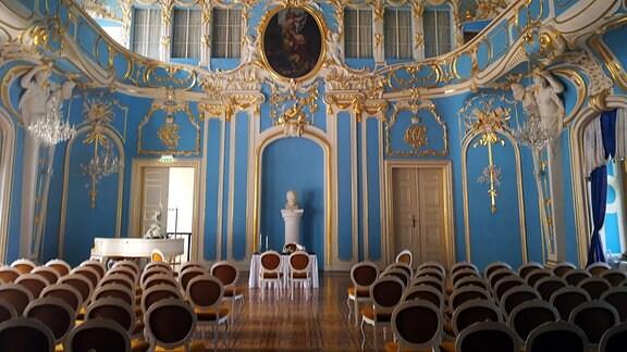 Ein prunkvoller Saal in einem Schloss