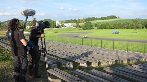 Ein Kamerateam an der Rennstrecke Schleizer Dreieck