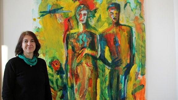 """Britta Schulze neben ihrem Bild """"Warten vor dem Tor"""" (2004)"""